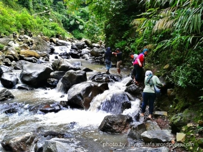 Jalur trekking aliran sungai. Harus sangat hati-hati ya!