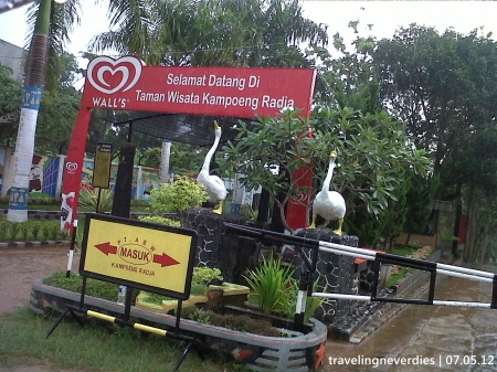 Pintu masuk Kampoeng Radja. HTM-nya cukup Rp 30.000 sajo.