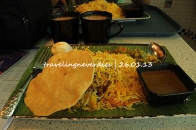 Chicken Briyani plus teh tarik. Satu-satunya makanan berat yang kita makan selama di Spore.
