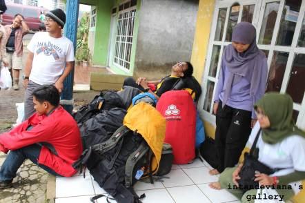 Setibanya di Bambangan, beristirahat sejenak di rumah Mas Nur (kenalan Ase)