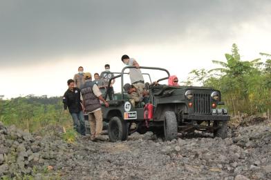 Salah satu jeep yang selip. Lihat awan di belakang, mendung sudah menggantung. Dan setelah itu, hujaaann...!!!