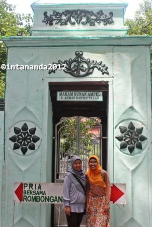 Kami hanya diperbolehkan mengambil foto di depan pintu masuk makam Sunan Ampel