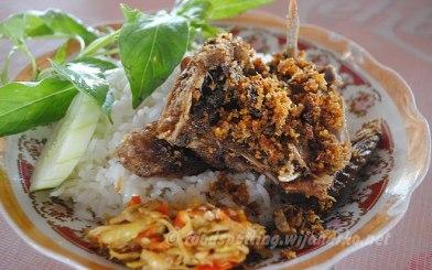 Kolaborasi apik antara nasi putih pulen, bebek goreng kremes, kemangi, mentimun, dan sambal pencit
