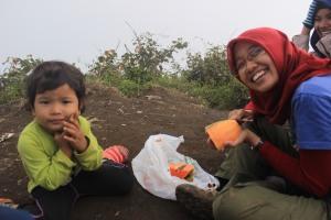Makan pepaya di puncak Cikuray