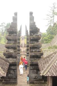 Deretan gapura di Candi Cetho. Serasa di Bali nggak?