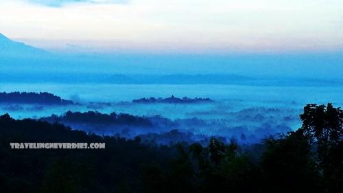Borobudur terlihat kecil