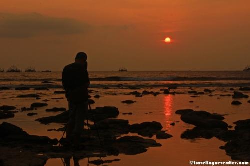 Kalau sunset cantiknya dilihat dari tepi pantai :)