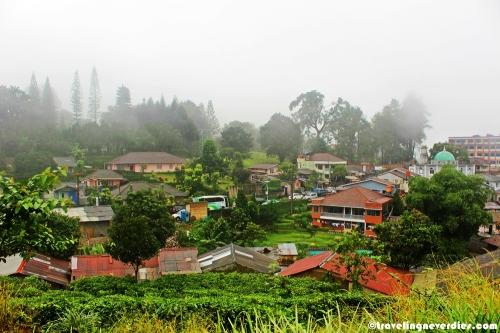 Pemandangan dari atas kebun teh. Berkabut!