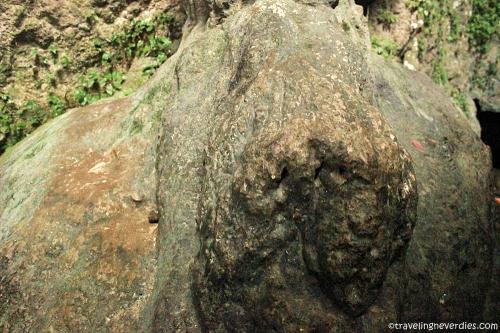 Batu berbentuk wajah mirip manusia